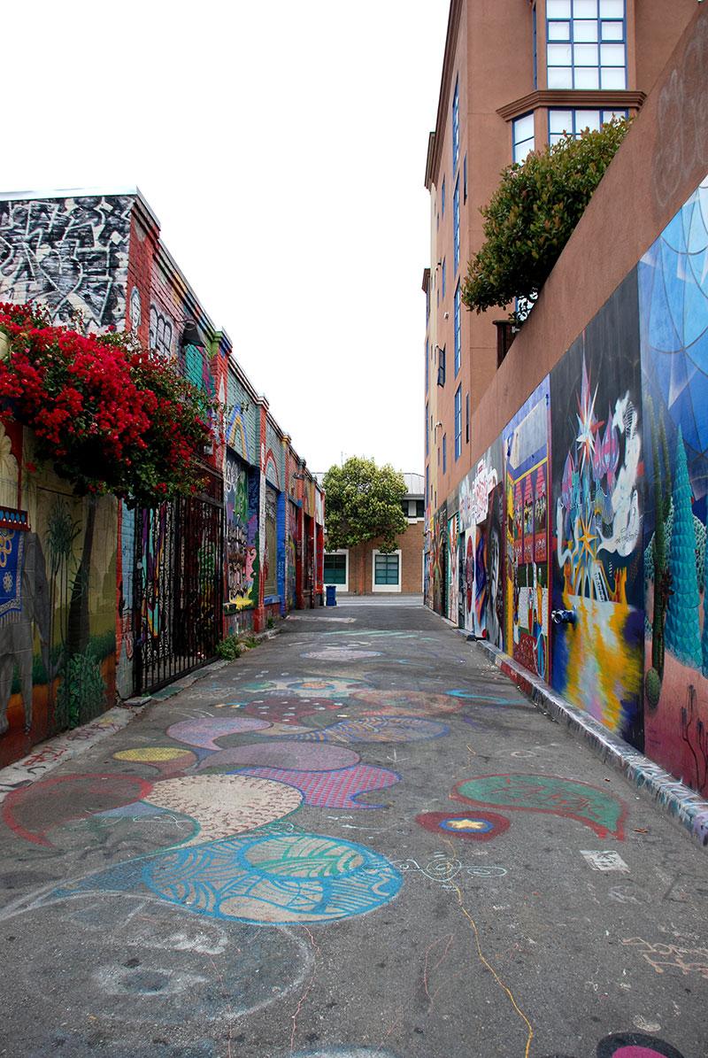 Callejón con graffitis